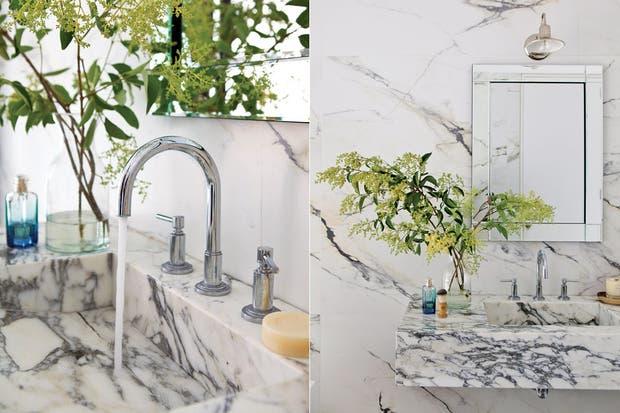 Jarrón de cristal con ramas verdes (Otra Sudestada) y perfume 'Un Jardin après la Mousson' (Hermès).  /Santiago Ciuffo