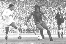 Heredia (derecha) encarando a Isidoro San José, en un Real Madrid-Barcelona