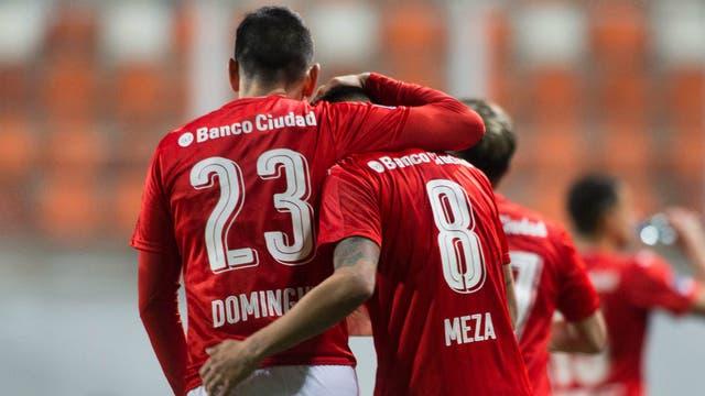 El festejo de Domínguez y Meza, autor del primer gol del Rojo