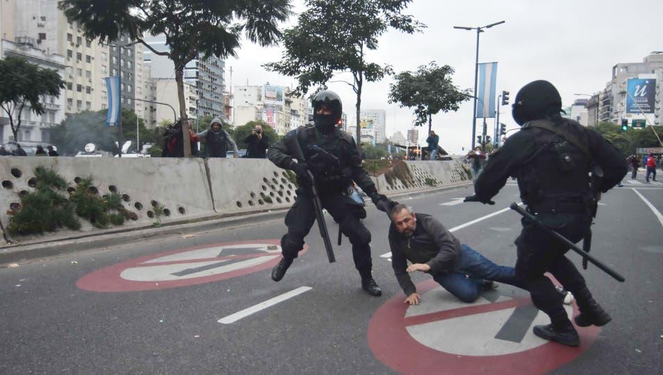 Infantería desalojó a los piqueteros de la 9 de Julio. Foto: DyN / Tony Gomez
