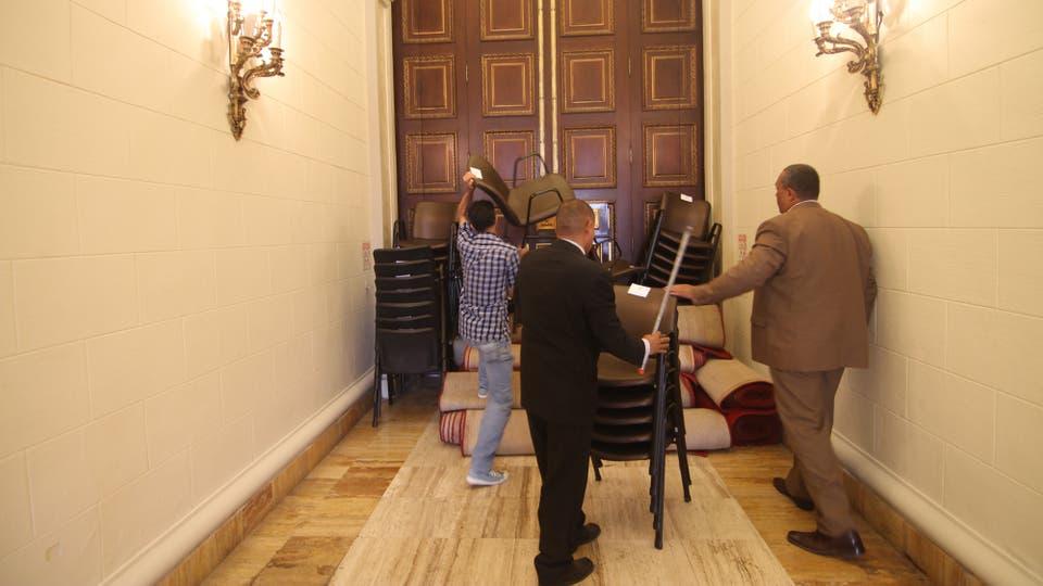 Dentro de la sede de la Asamblea Nacional intentan bloquear uno de los accesos para que no ingrese un grupo de personas que buscaba entrar a la fuerza. Foto: Angel Marcano