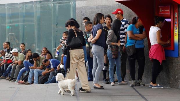 En Caracas, largas colas para intentar obtener bolívares en un cajero automático