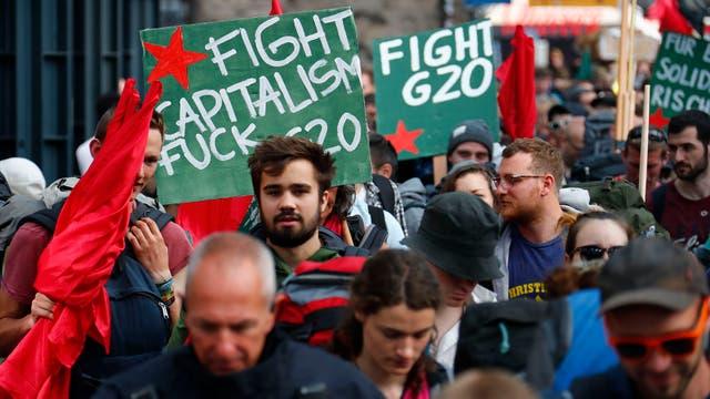 El uso de drones, aviones a control remoto y globos aerostáticos está prohibido en Hamburgo durante la cumbre; la policía sí usa drones (aéreos y subacuáticos) para vigilar las protestas