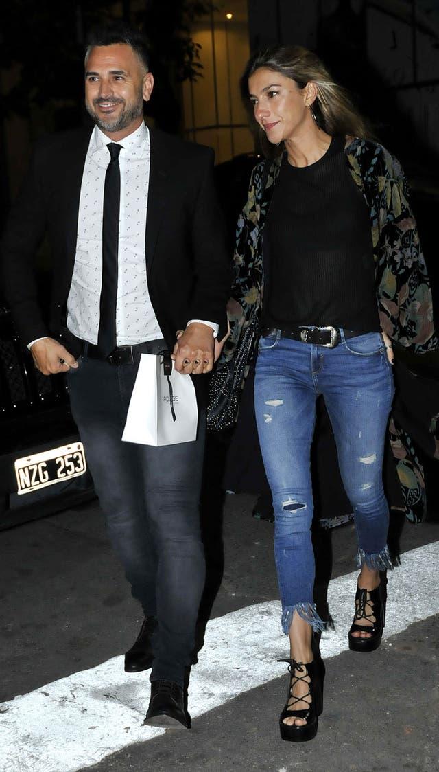Leo Montero llegaba al restaurante de Palermo junto a su mujer, con regalito para Pico en mano