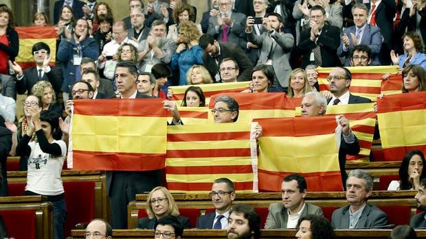 Diputados del PPC muestran banderas españolas y catalanas tras aprobarse la resolución