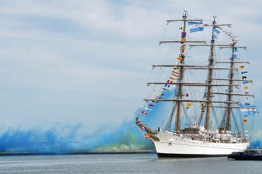 El buque escuela entró a la instalación portuaria a la hora señalada; tras una impecable maniobra de atraque, amarró finalmente en territorio argentino. Foto: Télam