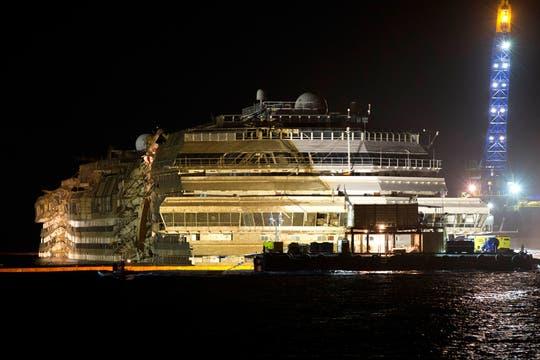 En una operación inédita, concluyó con éxito el enderezamiento del  Concordia, anunciaron las autoridades italianas. Foto: AFP