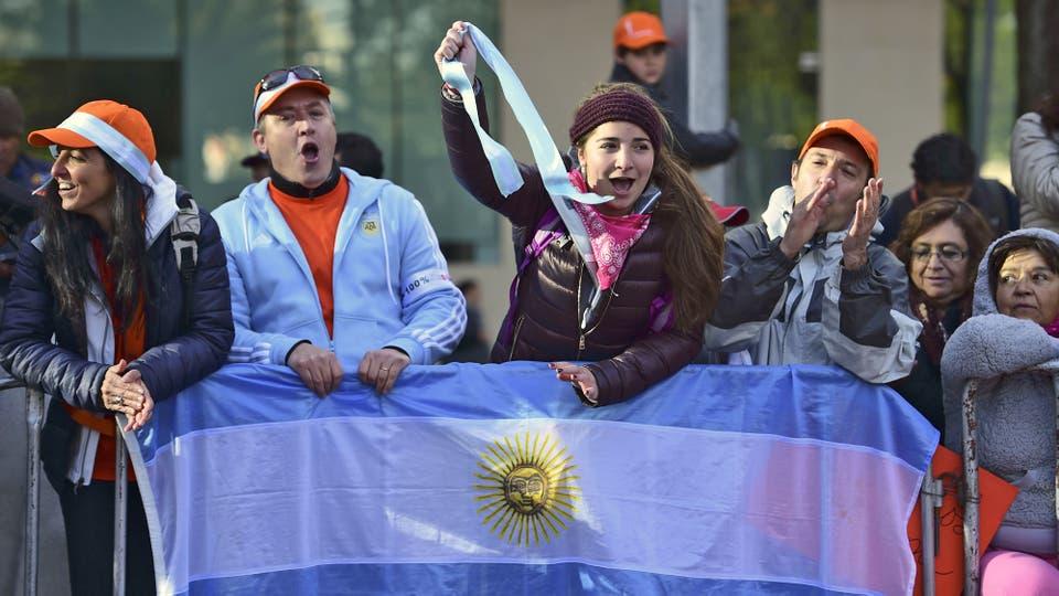 Un grupo de argentinos espera el paso del Sumo Pontífice en su camino hacia el Palacio Nacional. Foto: AFP