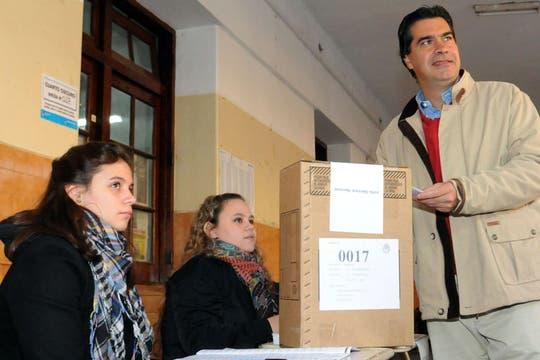 Jorge Capitanichprecandidato en tercer lugar a senador nacional del Frente para la Victoria,  depositó su voto en la Mesa 17 del Colegio Don Bosco.