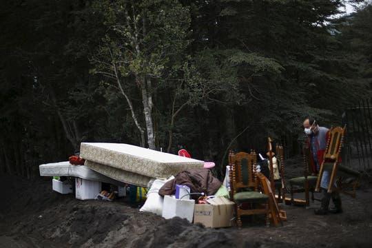 Las familias se alejan de la zona más peligrosa llevándose sus pertenencias. Foto: Reuters