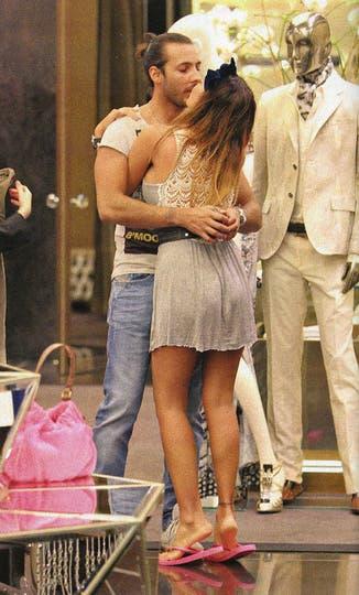 Karina y Leonardo, beso a beso.... Foto: revista Gente