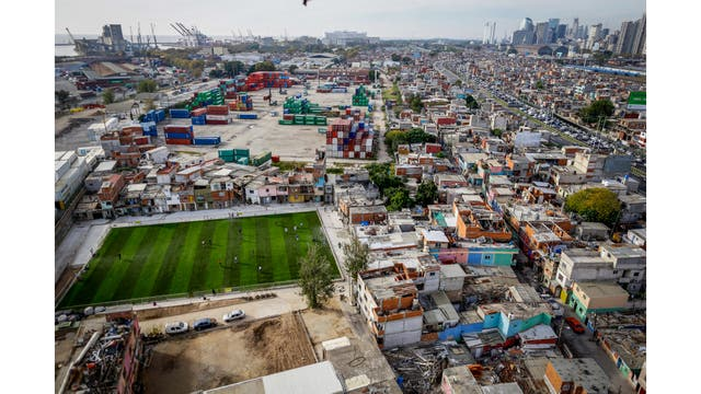 Vista aérea de la Villa 31 y su cancha de fútbol