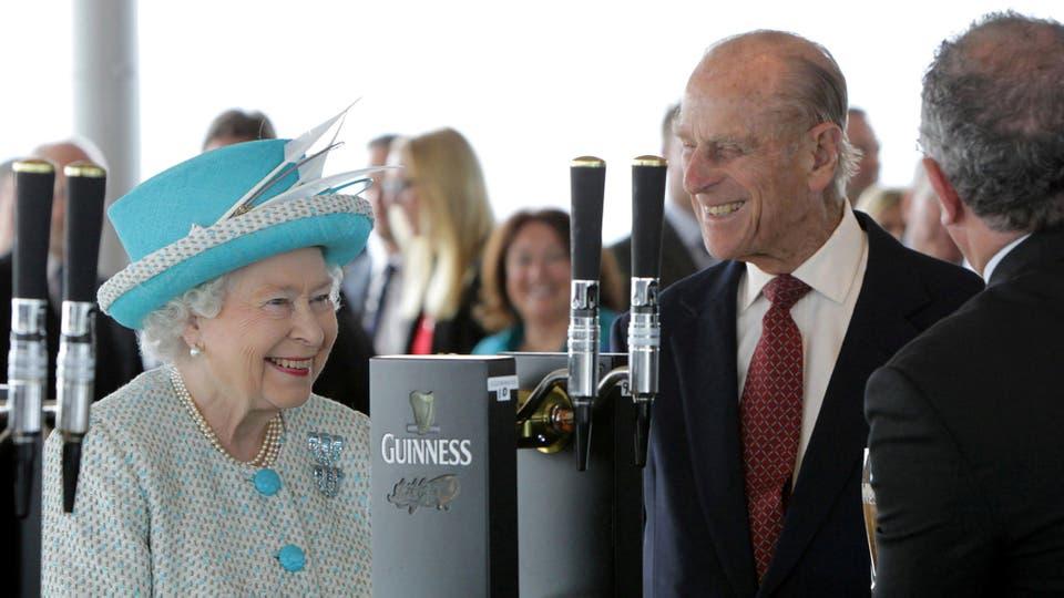 La reina Isabel y el príncipe Felipe hablan con el maestro cervecero Fergal Murray mientras vierte una pinta de Guinness en el Guinness Storehouse, en Dublín el 18 de mayo de 2011. Foto: Reuters