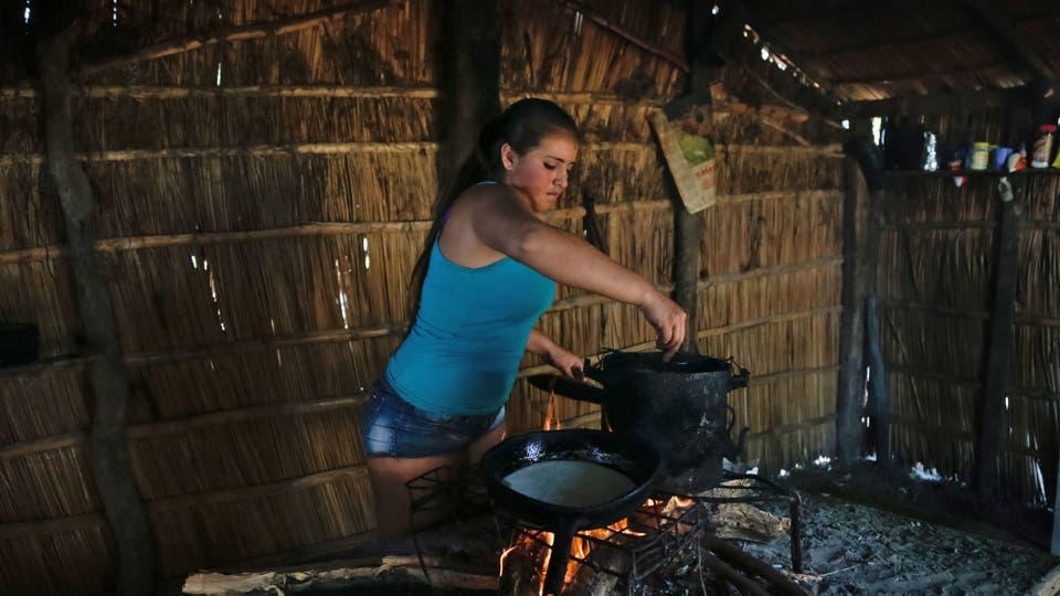 Diana cocina tortas fritas para los visitantes en su casa del paraje Carambola. Foto: LA NACION / Diego Lima / Enviado especial
