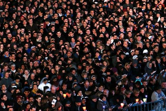 Miles de fieles participaron del primer Vía Crucis encabezado por el papa Francisco. Foto: Reuters