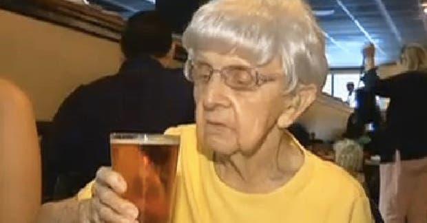 Millie Bowers puede tomar una cerveza por día