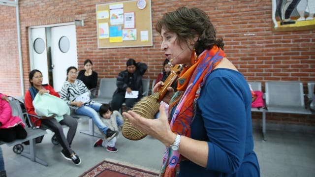 Paula Martín contando un cuento en el Centro de Atención Primaria del Bajo Flores