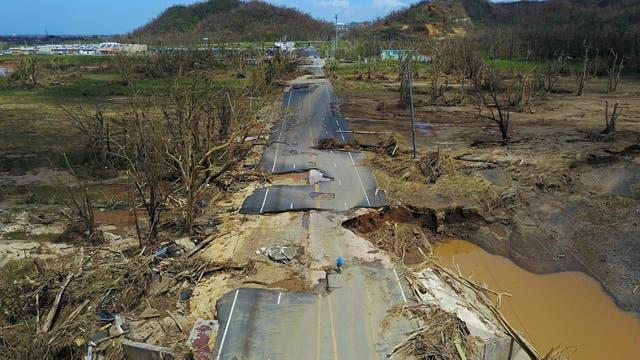 Una ruta en Toa Alta, completamente destruida. Foto: AFP / Ricardo Arduengo
