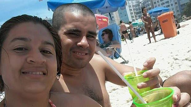 Laura Viana y su esposo, Sergio, en la playa, un día antes de su asesinato