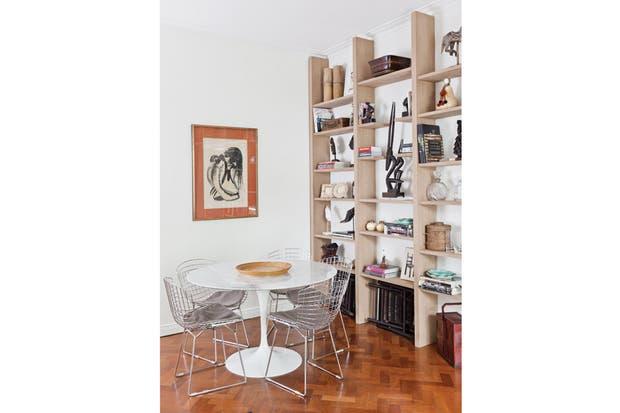 En el comedor, mesa Tulip con tapa de mármol y sillas Bertoia con almohadones de pana belga..