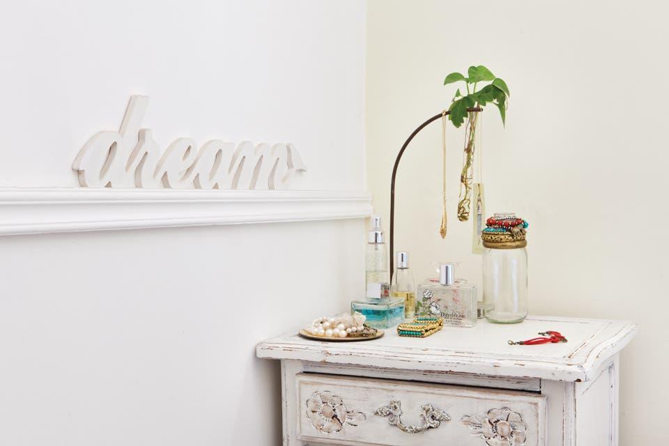 """. La mesa provenzal reciclada que ubicó en el rincón ($890 c/u, La Florinda) y la mesita de luz reciclada son casi los únicos muebles. El cartel """"dream"""" ($150, La Florinda) da la orden, que se cumple a rajatabla sobre la manta verde hindú, regalo de una amiga.  /Javier Picerno"""