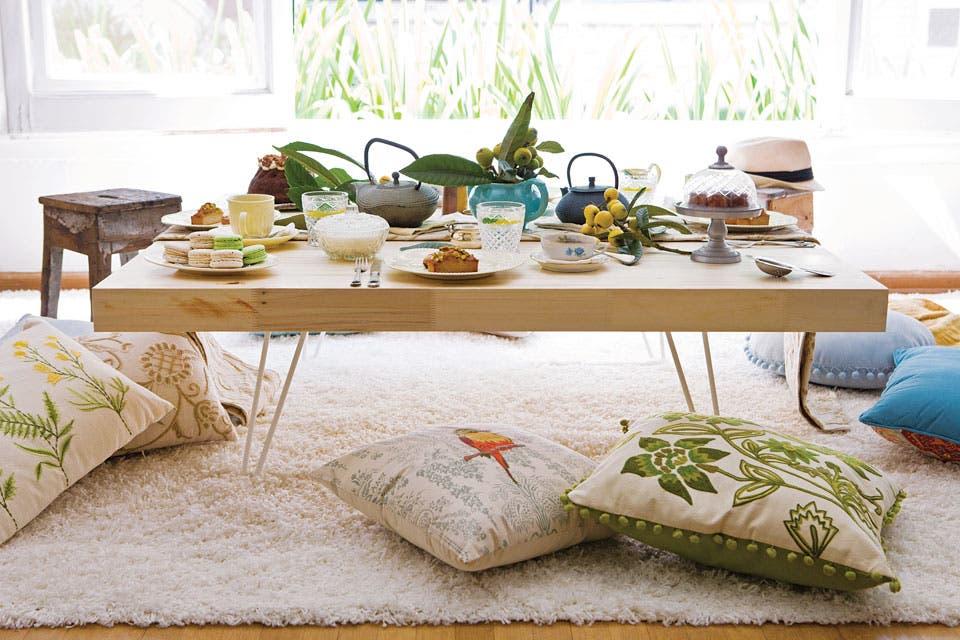Cambiamos de ángulo: de 90° a uno más relajado. Alrededor de la mesa baja y con almohadones, se siente la influencia árabe y del Lejano Oriente.  Foto:Living /Santiago Ciuffo