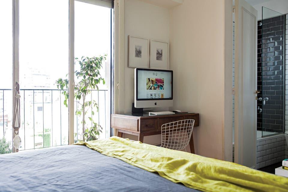 Un gran monitor para leer un artículo o para ver una película desde la cama.  Foto:Living /Javier Picerno