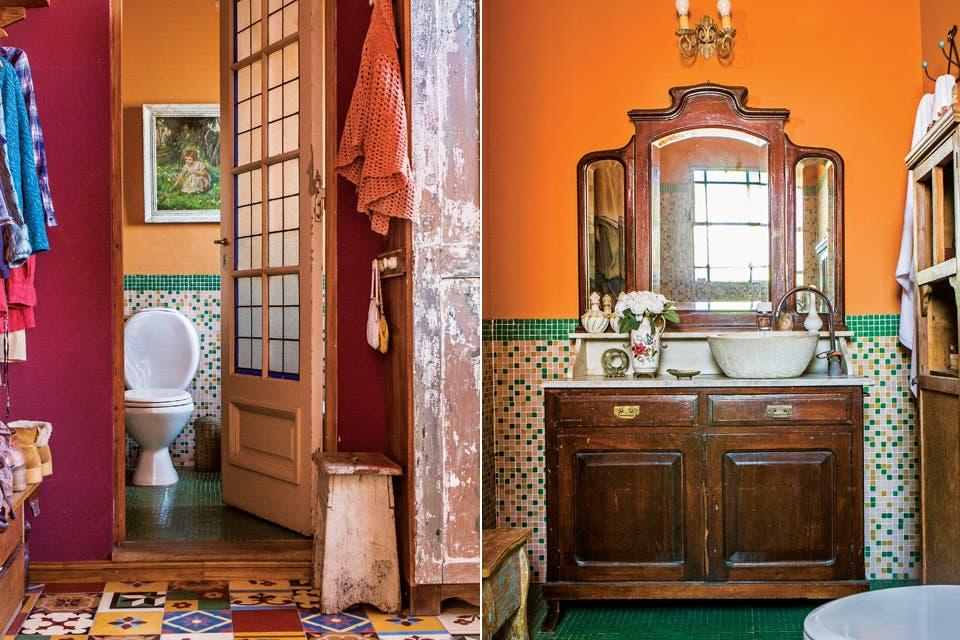 La puerta del baño forma parte de un lote de cinco, todas antiguas e idénticas, comprado por Mercado Libre. El mueble con espejo se adaptó para convertirse en vanitory sumándole una tapa de mármol cortada a medida, una bacha y grifería.  Foto:Living /Santiago Ciuffo