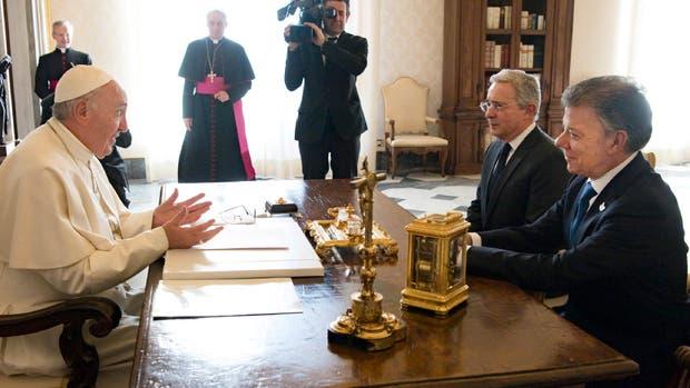 El papa Francisco, con Uribe y Santos, en el Vaticano