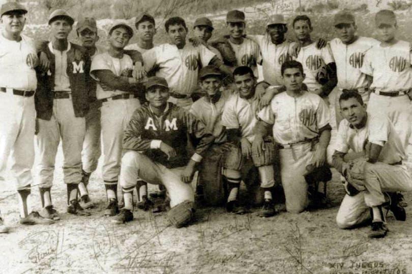 En 1972 con sus compañeros del equipo de béisbol de la academia militar. Foto: AP