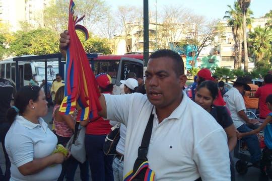 Vendedores ambulantes de brazaletes en el inicio de la concentración. Foto: LA NACION / Juan Pablo De Santis