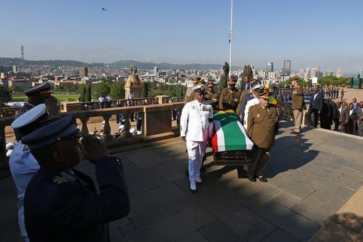 Varios oficiales escoltan el ataúd del expresidente sudafricano. Foto: EFE
