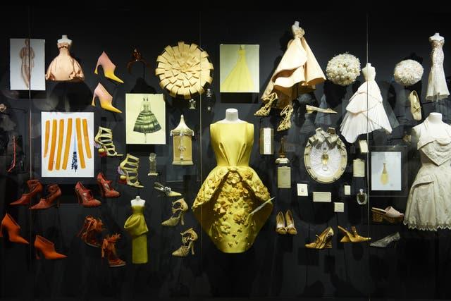 En uno de los salones más impactantes de la muestra están exhibidos en escala cromática cientos de vestidos y objetos de todas las épocas, conformando un pantone de identidad de marca en el que conviven armoniosamente trajes de la primera colección al lado de piezas del último desfile.