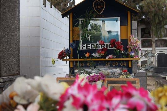 Homenajes a Federico, uno de los fallecidos, en el cementerio local. Foto: LA NACION / Matías Aimar