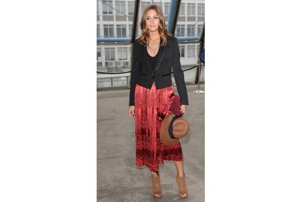 Olivia Palermo siempre a la moda, pollera de seda con bordado, blazer negro y capelina. Foto: Fotos: Corbis
