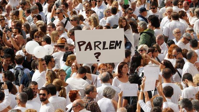Los carteles con el pedido de diálogo, en la manifestación de ayer en Barcelona