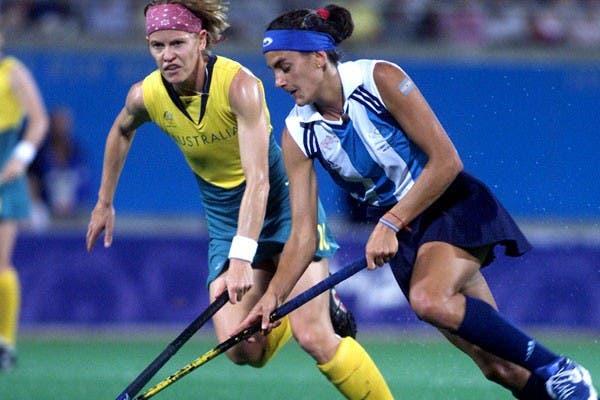 Aymar la lleva, ante la marca de una australiana, en la final olímpica del hockey en Sydney 2000..  Foto:AP