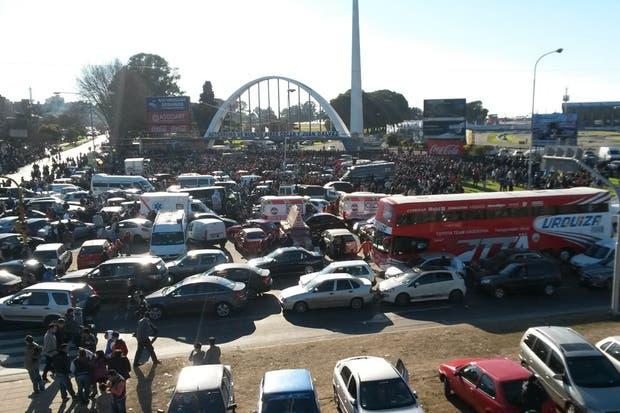 Una vista panorámica del caos que generó la multitud llegando al autódromo clausurado