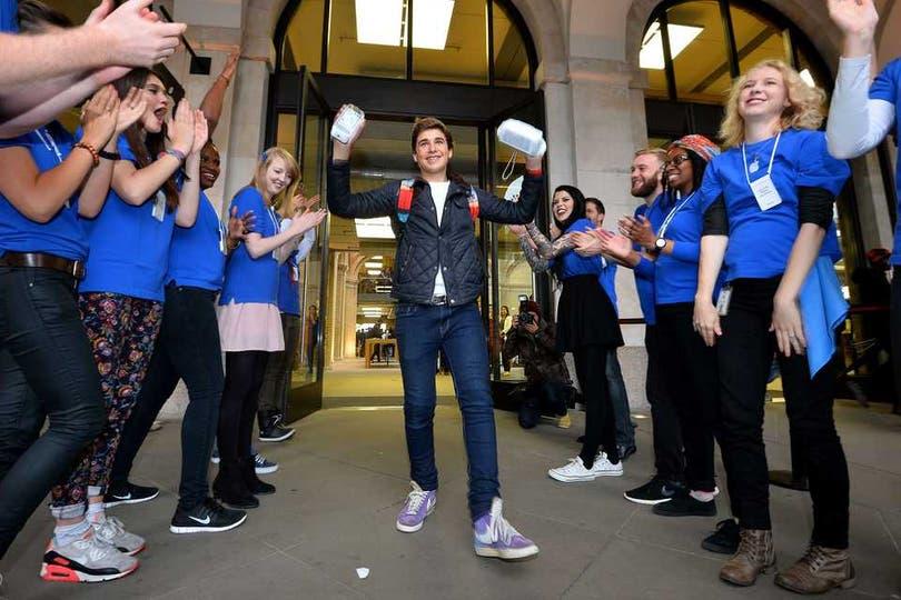 Las primeras ventas del iPhone 5S y 5C en Londres, Reino Unido. Foto: AFP