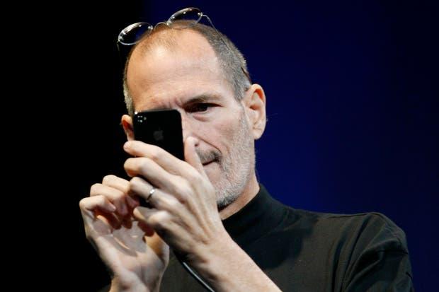 Steve Jobs con un iPhone durante la conferencia de desarrolladores de la compañía en 2010