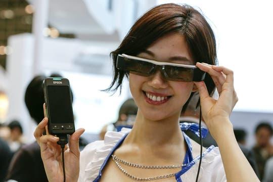 Con más prestaciones que los Glass de Toshiba y Google, los Moverio de Seiko Epson permiten jugar un videojuego o ver una película. Foto: EFE