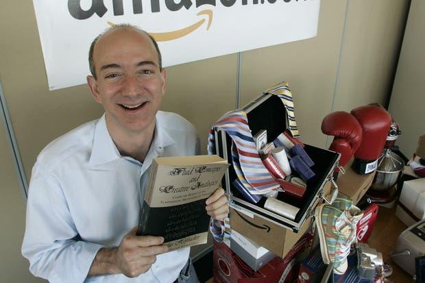 Jeff Bezos en 2005, con una copia del primer libro que vendió, Fluid Concepts and Creative Analogies, del divulgador científico Douglas Hofstadter