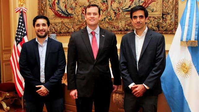 Alejandro Bollana (izq.), Charly Karamanian (der.) junto a Tom Cooney, encargado de negocios de la Embajada de los Estados Unidos en Argentina