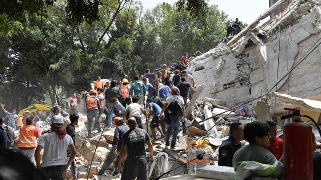 Gente removiendo escombro en Ciudad de México