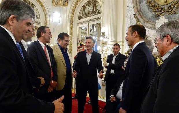 Macri, con Pereyra y el gobernador Gutiérrez, entre otros, tras la firma para la explotación deVaca Muerta, en enero