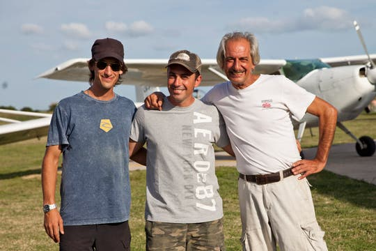Los pilotos Agustín Rosso, Mario Cardama y Fernando Roig. Expertos en este tipo de vuelos. Foto: LA NACION / Sebastián Rodeiro