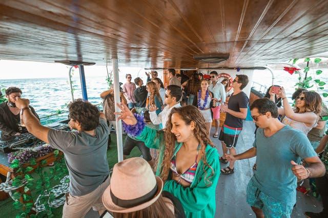 Las pool y boat parties son tendencia en las vacaciones en Chile