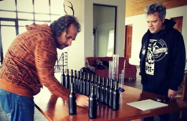 Marcelo Pelleriti y Juanchi Baleirón eligiendo el mejor malbec para el Malbecaster