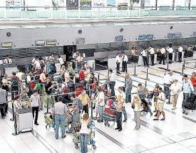 El aeropuerto de Ezeiza, la puerta de salida para argentinos en crisis