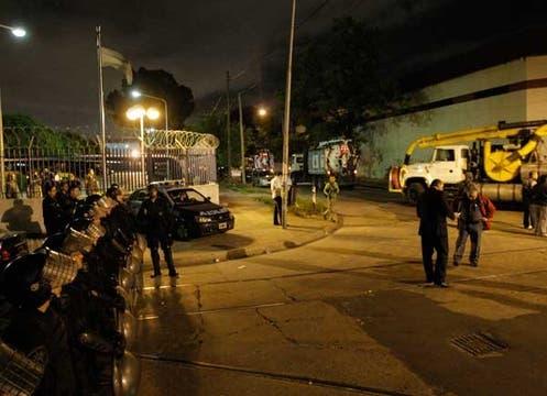 Alrededor de 300 integrantes del gremio liderado por Moyano cercaron las plantas de impresión durante más de 5 horas. Foto: LA NACION / Hernán Zenteno